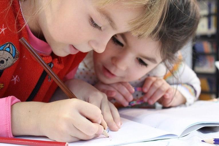 Come insegnare al bambino in età prescolare un'adeguata presa della penna