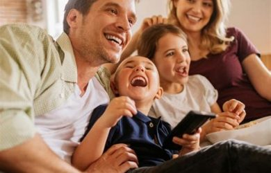 Famiglia riunita per vedere un film