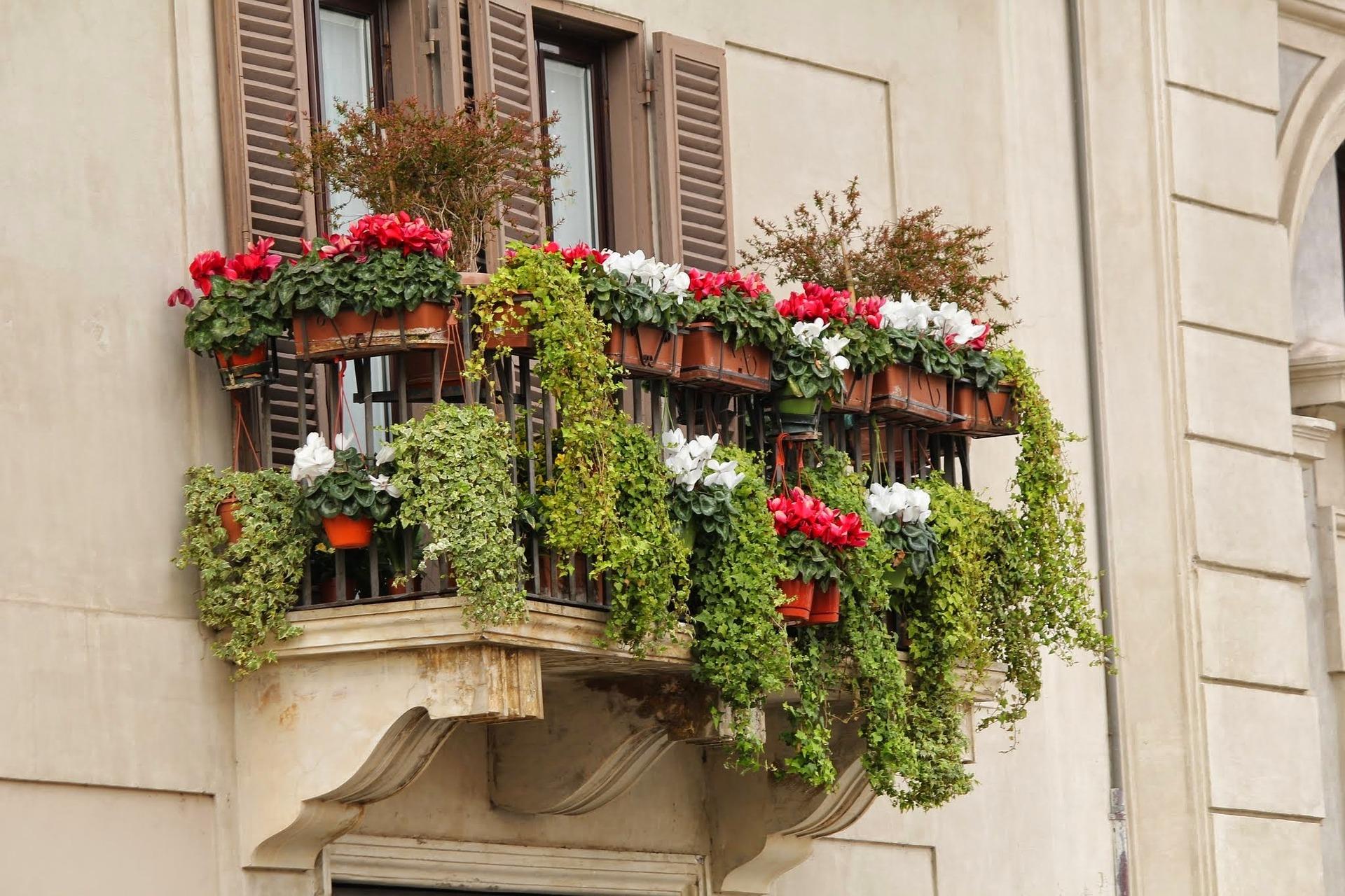 Consigli per arredare un terrazzo stretto e lungo